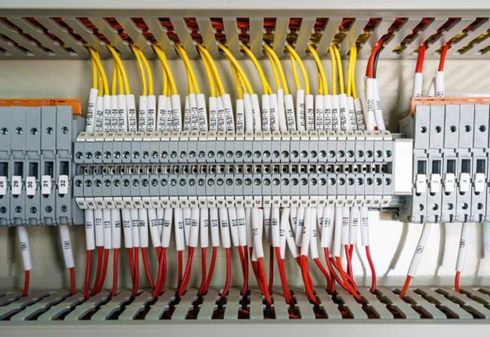 Dàn dây nối của PLC khá phức tạp