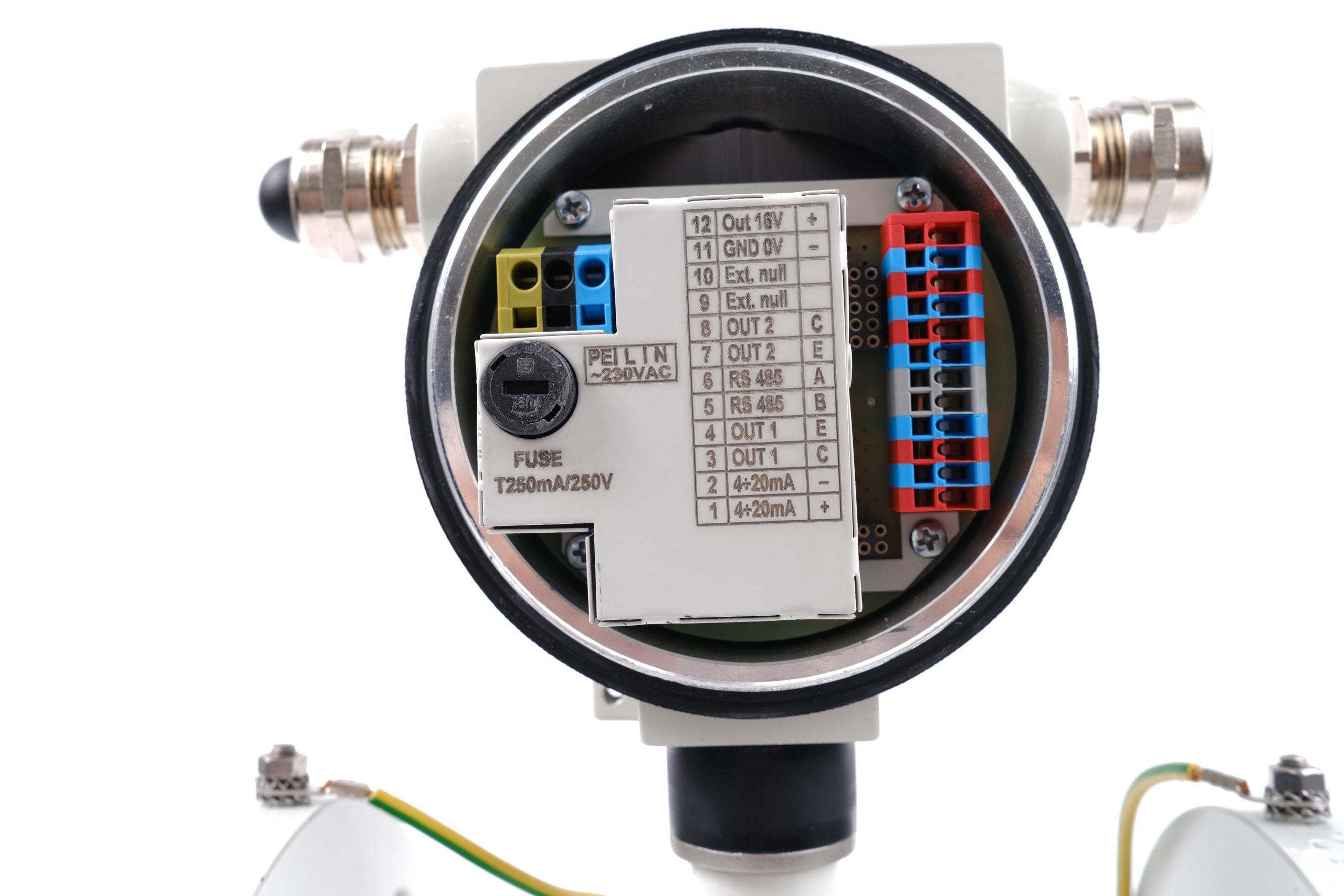 Bên trong phần kết nối điện Flow38