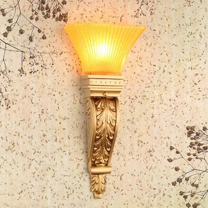 Đèn ốp tường ánh sáng vàng