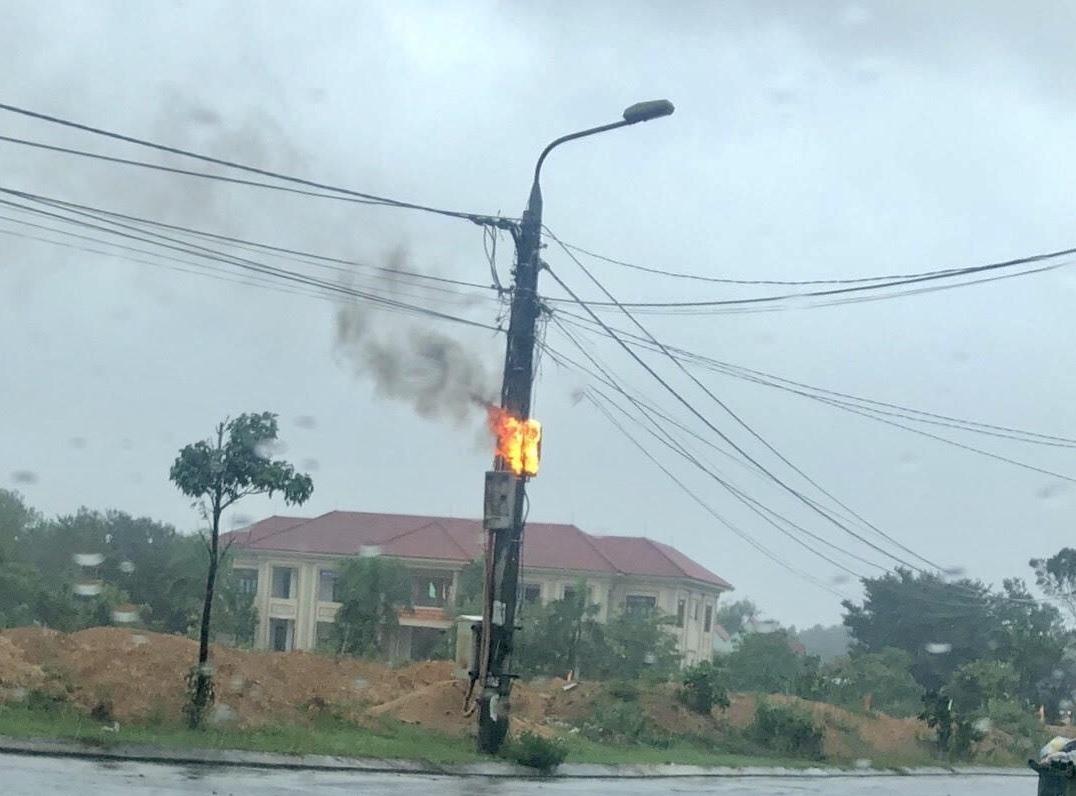 Cháy dây điện ở cột tải