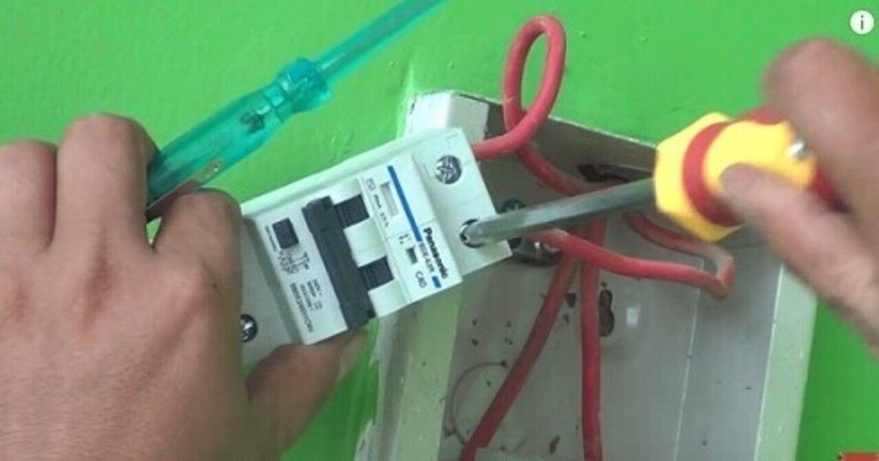 Xử lý Aptomat có thể tự thực hiện hoặc thuê thợ sửa điện
