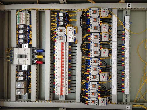 Tủ điện là nơi để chứa đựng nhiều thiết bị điện và hệ thống điều khiển trung tâm