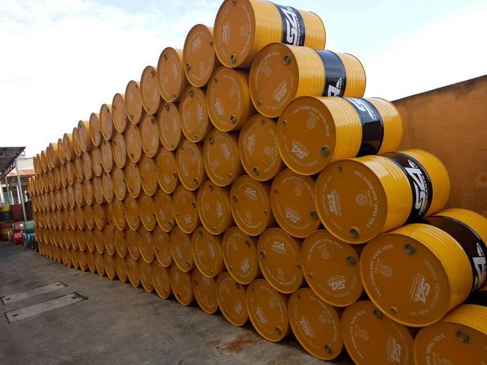 Dầu thủy lực được đóng thành các thùng chứa